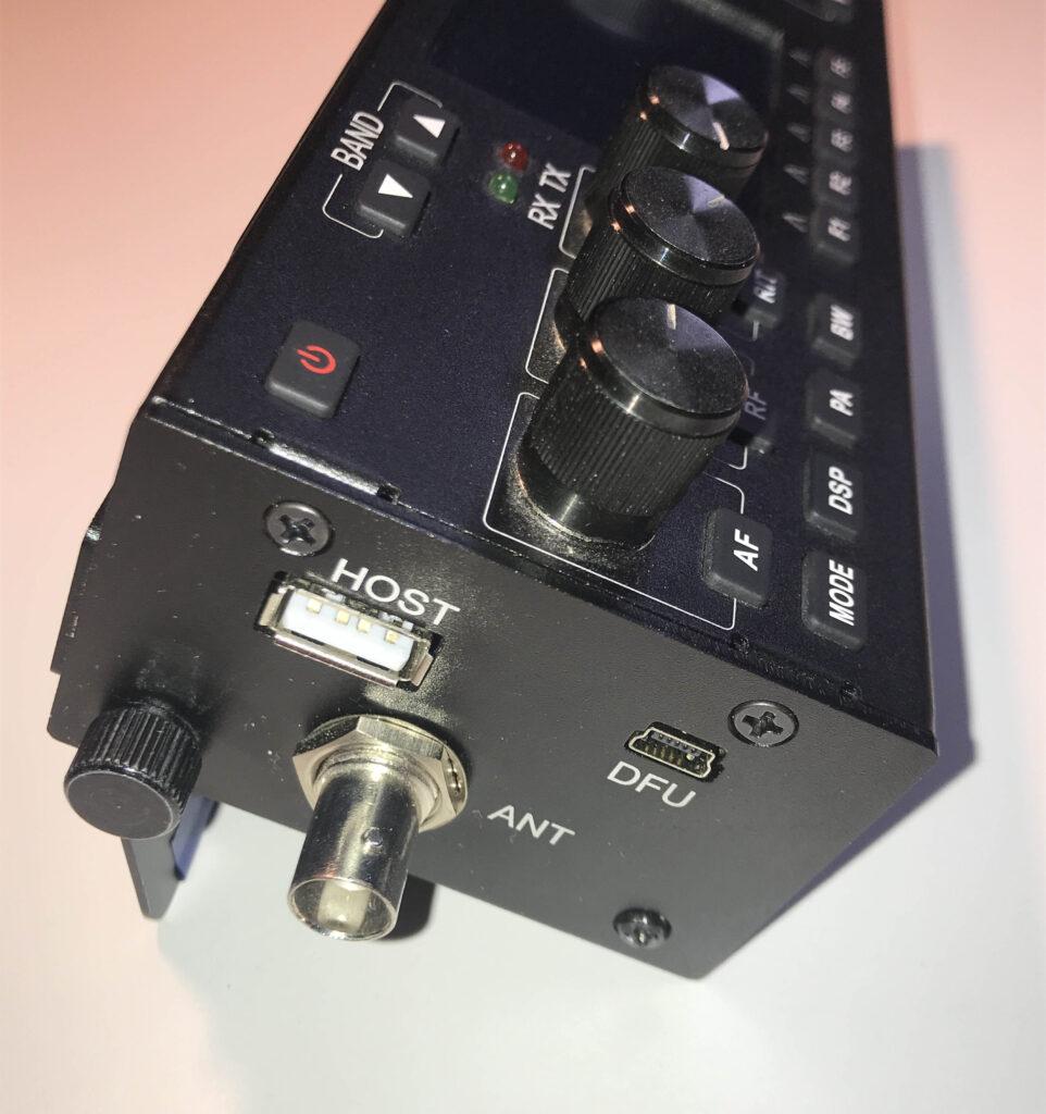 Ansicht von Links: Antenne, USB-Host und der USB-DFU Anschluß