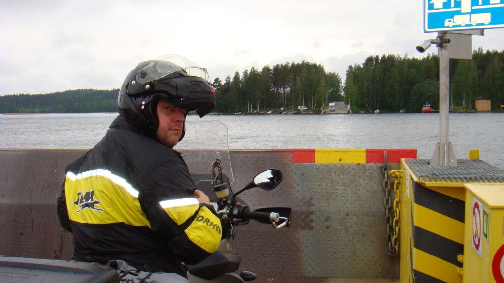 kleine Autofähre in Lappland