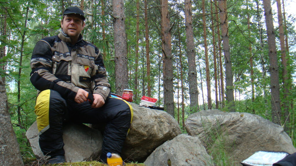 Mit dem Motorrad zum Nordkapp - Picknick im Wald